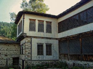 agushevi-konaci-selo-mogilica